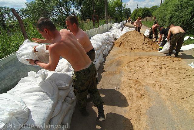 Toruń przygotowuje się do nadejścia drugiej fali. Strażacy, żołnierze i wolontariusze układają worki z piaskiem przy ul. Popiełuszki