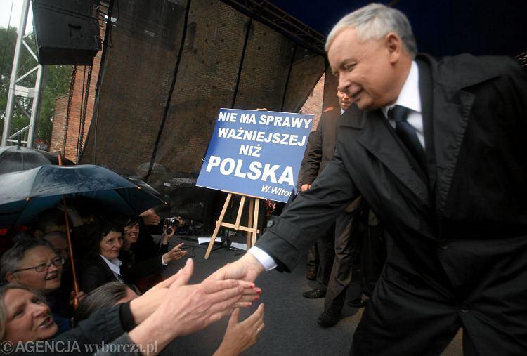 Jarosław Kaczyński ściska ręce swoim zwolennikom