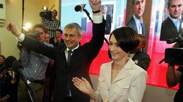 Grzegorz Napieralski z żoną Małgorzatą po ogłoszeniu wyników wyborów prezydenckich