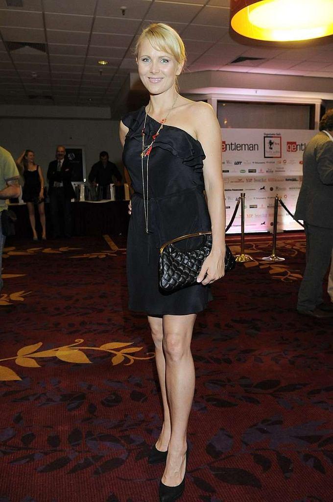 Anna Samusionek nas zaskoczyła i to pozytywnie. Asymetryczna mała czarna zawsze w modzie. Do tego rewelacyjna pikowana czarna torebka ze złotym uchwytem. Czego chcieć więcej? Brawo.