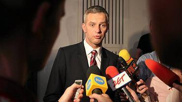 Paweł Poncyljusz z dziennikarzami podczas wieczoru wyborczego w sztabie PiS