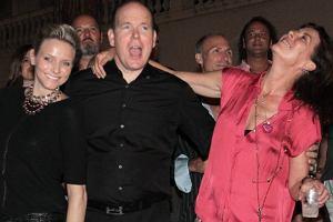 Książe Monako Albert niedawno zaręczył się Charlene Wittstock. Mimo poważnego kroku nie zrezygnował z imprez.