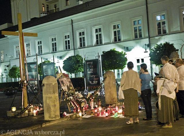 Harcerze ZHR postawili słynny krzyż przed pałacem prezydenckim w Warszawie
