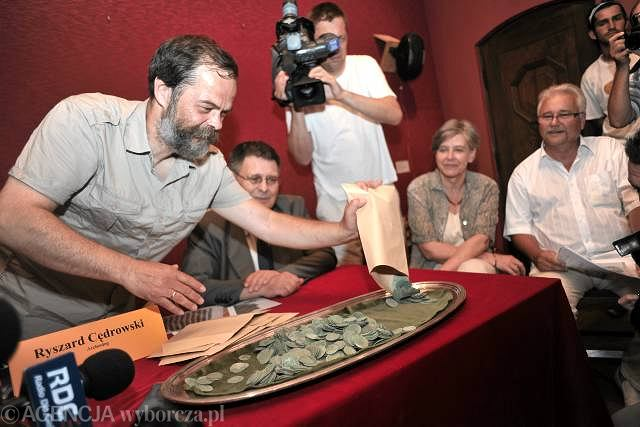 Stołeczny Konserwator Zabytków zaprezentował skarb, który znaleziono przy staromiejskim Rynku pod numerem 30.