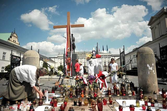 Obrońcy krzyża nie chcą się zgodzić na przeniesienie go do kościoła św. Anny