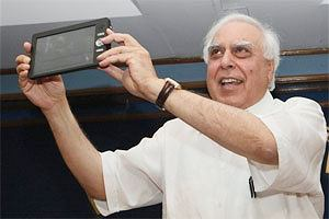 Minister Kapil Sibal z nowym indyjskim tabletem