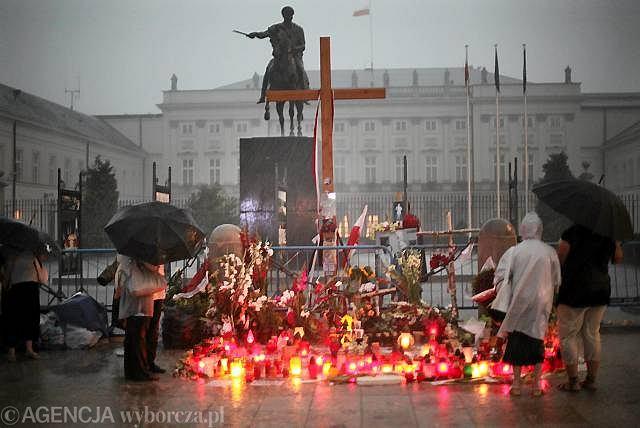 6 sierpnia, Warszawa. Obrońcy krzyża mimo ulewy gromadzą się przed Pałacem Prezydenckim.