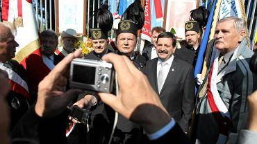 Przewodniczący NSZZ Solidarność Janusz Śniadek w towarzystwie górników przed historyczną bramą nr.2 Stoczni Gdańskiej