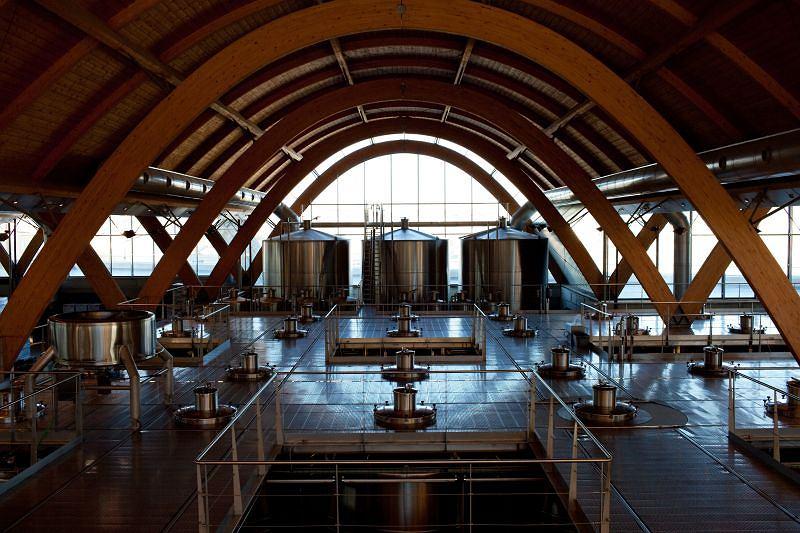 Połączenie drewna, szkła i betonu w architekturze winiarni Protos