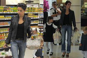 Paparazzi spotkali Martę Kaczyńską na zakupach z córeczkami.