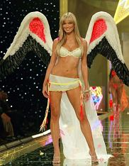 PHOTO: EAST NEWS/AFP  Supermodel Heidi Klum (C) models one of the Angel line of lingerie outfits during the Victoria's Secret 8th Annual Fashion show in New York 14 November 2002.
