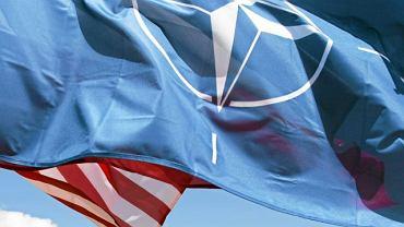 Flaga NATO podczas powitania żołnierzy USA w jednostce wojskowej w Morągu