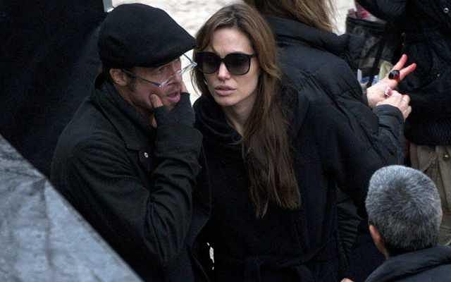 Najgorętsza para Hollywood pilnie pracuje nad reżyserskim debiutem Angeliny. Zdjęcia planowano w Bośni. Zaprotestowały przeciwko temu ofiary gwałtów z czasów wojny w byłej Jugosławii. Nie spodobało im się to, że