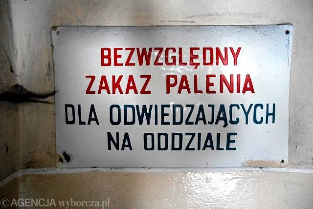 Tablica informacyjna o zakazie palenia w szpitalu w Rybniku