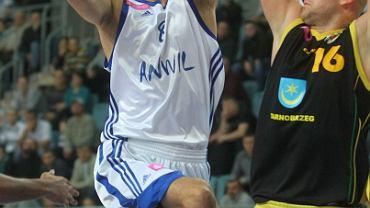 Nikola Jovanovic (z lewej) rzucił 15 punktów i był najlepszym strzelcem Anwilu