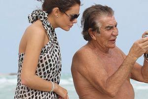 Roberto Cavalli zabrał na wakacje nową dziewczynę. Fotoreporterzy spotkali ich na plaży w Miami.