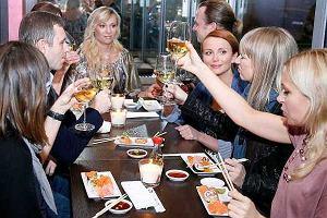 Dobrego nigdy za wiele. Choć w Warszawie jest już sporo restauracji sushi, od wczoraj działa kolejna. Ta jest o tyle niezwykła, że jej właścicielką jest Sonia Bohosiewicz. Na otwarcie wpadli jej dobrzy znajomi m.in. Katarzyna Zielińska, Marzena Rogalska, Tamara Arciuch, Bartosz Kasprzykowski, Tomasz Karolak i Oliwier Janiak. Stoły uginały się od sushi, a tradycyjne japońskie śliwkowe wino lało do woli. Jedynym problemem był brak widelców, bo z pałeczkami nie każdy sobie radził, ale Sonia bardzo chętnie udzielała instrukcji.