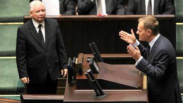 Przemawia Donald Tusk, Jarosław Kaczyński słucha