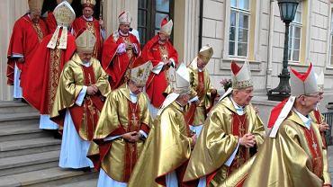 Biskupi w Gnieźnie na ingresie abp. Józefa Kowalczyka, 26 czerwca 2010 roku