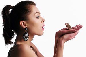 Zwyciężczyni Top Model. Zostań modelką Paulina Papierska wzięła udział w sesji zdjęciowej dla czasopisma Wysokie Obcasy. Modelka uważająca się do tej pory za szarą myszkę pozowała z... szarą myszką. Zobaczcie jak to wyglądała.