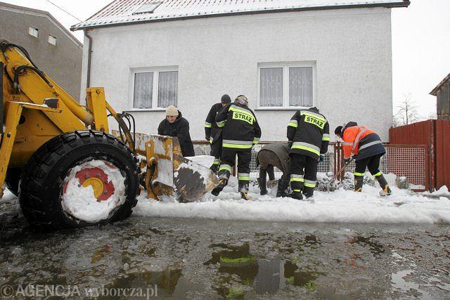 Strażacy zabezpieczają budynek przed wylewającą Odrą