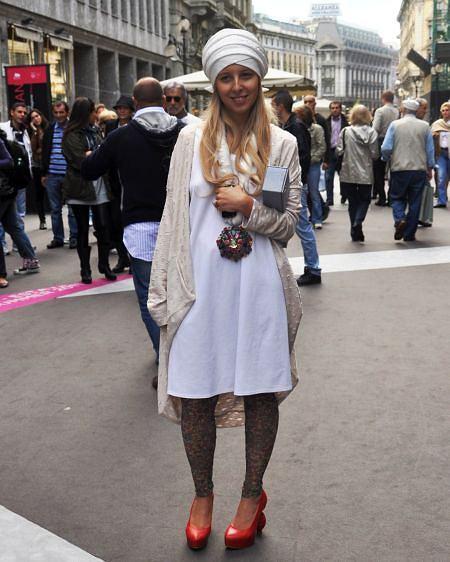kobieta na Piazza del Mercanti w Mediolanie
