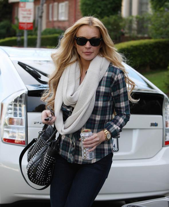 Lindsay Lohan w koszuli w kratkę i z żabotem, torba z ćwiekami, okulary Ray Ban Wayfarer