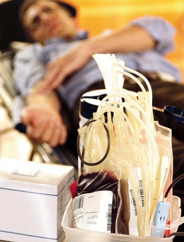 Grupy krwi. Dawca krwi podczas jej pobrania. Znajomość własnej grupy krwi jest kluczowa w przypadku transfuzji