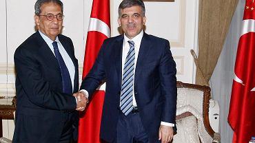 Szanse na wybór ma m.in. były szef Ligi Arabskiej Amr Mussa. Na zdjęciu z lewej, podczas spotkania z prezydentem Turcji Abdullahem Gulem.