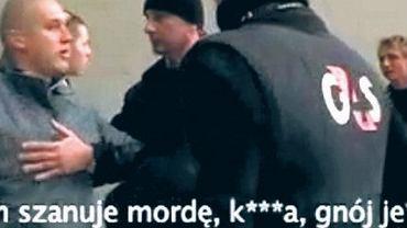 """Ochroniarze odciągają """"Starucha"""" (z lewej) od Jakuba Rzeźniczaka (z prawej). Kadr z materiału telewizji Orange Sport"""