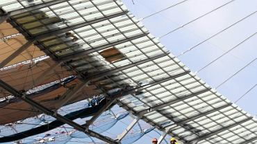 Budowa Stadionu Narodowego. Trwa montaż konstrukcji dachu