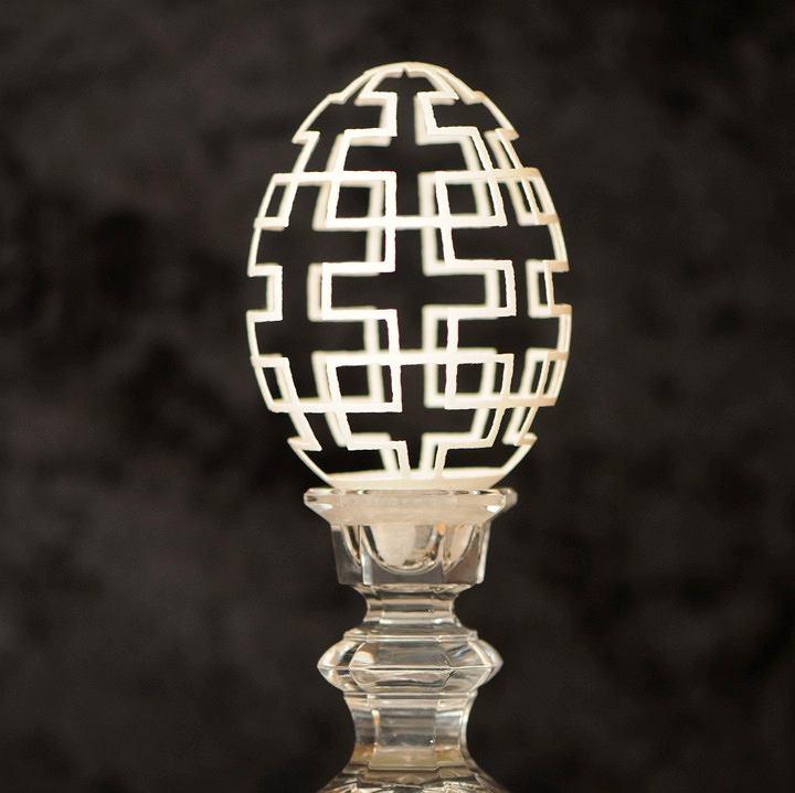 Rzeźba w skorupce gęsiego jajka - autor: Brian Baity.