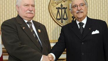 Lech Wałęsa (po lewej) i tymczasowy prezydent Tunezji Fouad Mebazaa