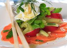 Nowalijkowa sałatka z jajkiem poché - ugotuj