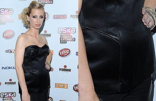 W weekend odbyła się gala Eska Music Awards. Na imprezie pojawiła się Magdalena Schejbal, która wręczała nagrody. Dziennikarze szybko zauważyli, że Magda jakby przytyła. Od razu zaczęto plotkować, że Magda jest w ciąży. Dowodem miały być właśnie te fotki. Oliwy do ognia dodało