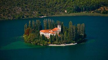 Chorwacja. Wyspa Visovac. Jedną z największych atrakcji Parku Narodowego Krka jest jezioro Visovac, a na nim wyspa o tej samej nazwie. Na jej terenie znajduje się klasztor franciszkański oraz kościół wybudowany jeszcze w siedemnastym wieku  Zobacz to zdjęcie i wiele innych w relacji: Krka - wodny świat w serwisie Kolumber.pl  http://kolumber.pl/g/55775-Krka%20-%20wodny%20%C5%9Bwiat