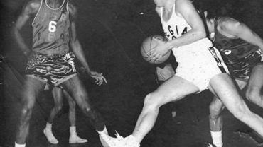 Mecz Legia - gwiazdy NBA, maj 1964. Z prawej Andrzej Pstrokoński, z lewej legendarny Bill Russel, jedenastokrotny mistrz NBA z Boston Celtics