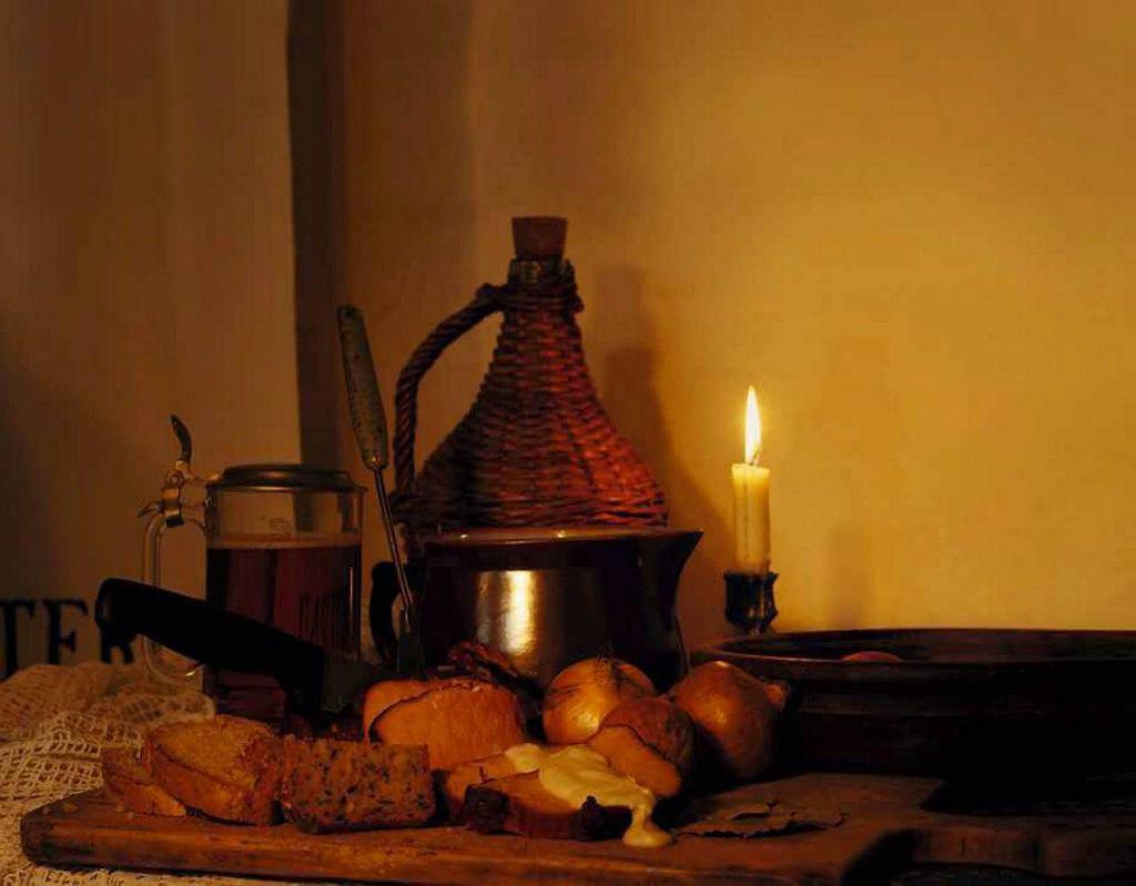 Kasseler konfratrów z sosem serowym, czyli edzony i obgotowany schab podany z chlebem na zakwasie