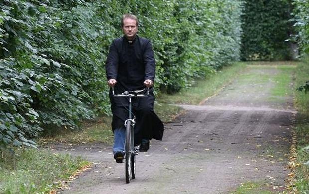 Ojciec Mateusz często jeździ rowerem po Sandomierzu i okolicach