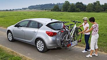 Opel Astra z wysuwaną platformą do przewożenia rowerów