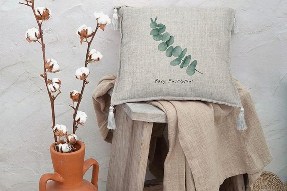 Poduszka dekoracyjna z botanicznym motywem.