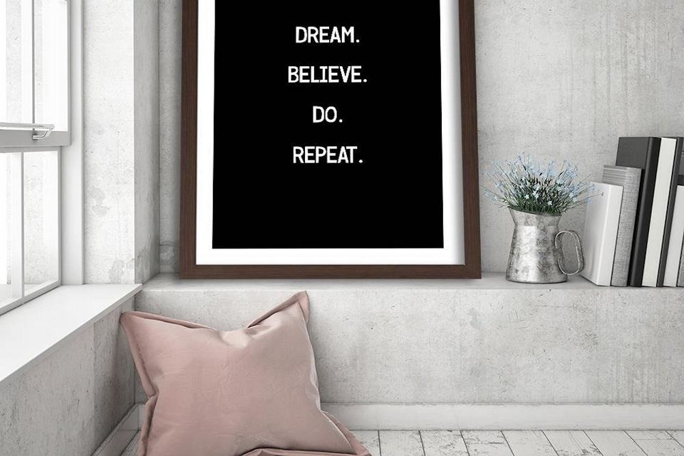 Plakat 'Dream. Believe. Do. Repeat'.