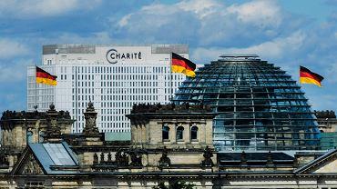 Klinika Charite gdzie leczony jest Aleksiej Nawalny na tle Reichstagu w Berlinie