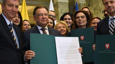 Wrzesień 2019 r. Andrzej Halicki (z lewej), Adam Struzik (w środku), Małgorzata Kidawa-Błońska i Rafał Trzaskowski (z prawej) podpisali deklarację o obronie Mazowsza przed podziałem na dwa województwa