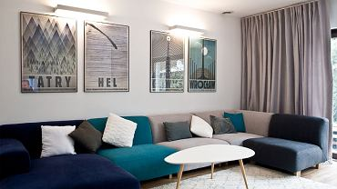 Kolorowa kanapa w salonie