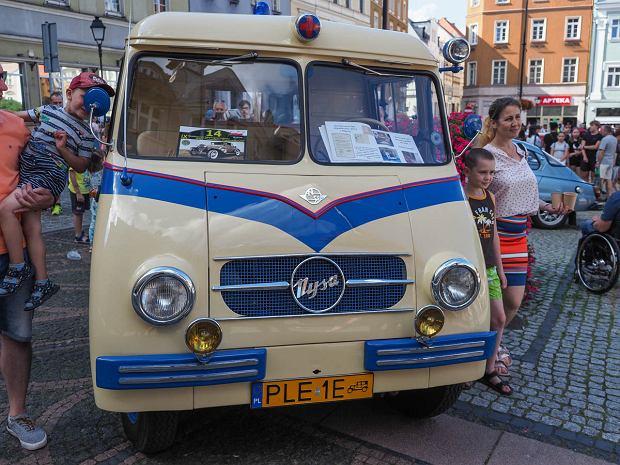 Zdjęcie numer 8 w galerii - Międzynarodowy rajd zabytkowych pojazdów na Rynku w Wałbrzychu. Było co podziwiać [ZDJĘCIA]