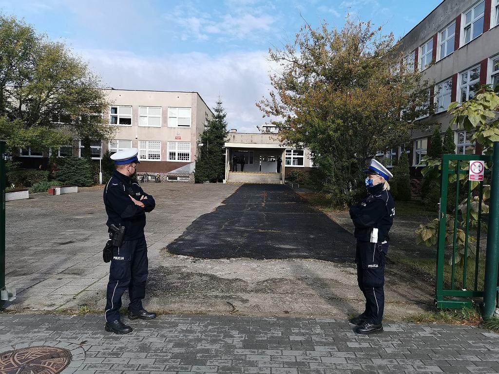 Uczennica V LO w Zielonej Górze zaatakowała nożem rówieśników. Szkołę obstawiła policja
