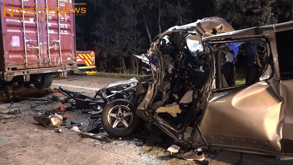 Wypadek na autostradzie A1 w Niemczech. Bus na polskich numerach wjechał w naczepę ciężarówki