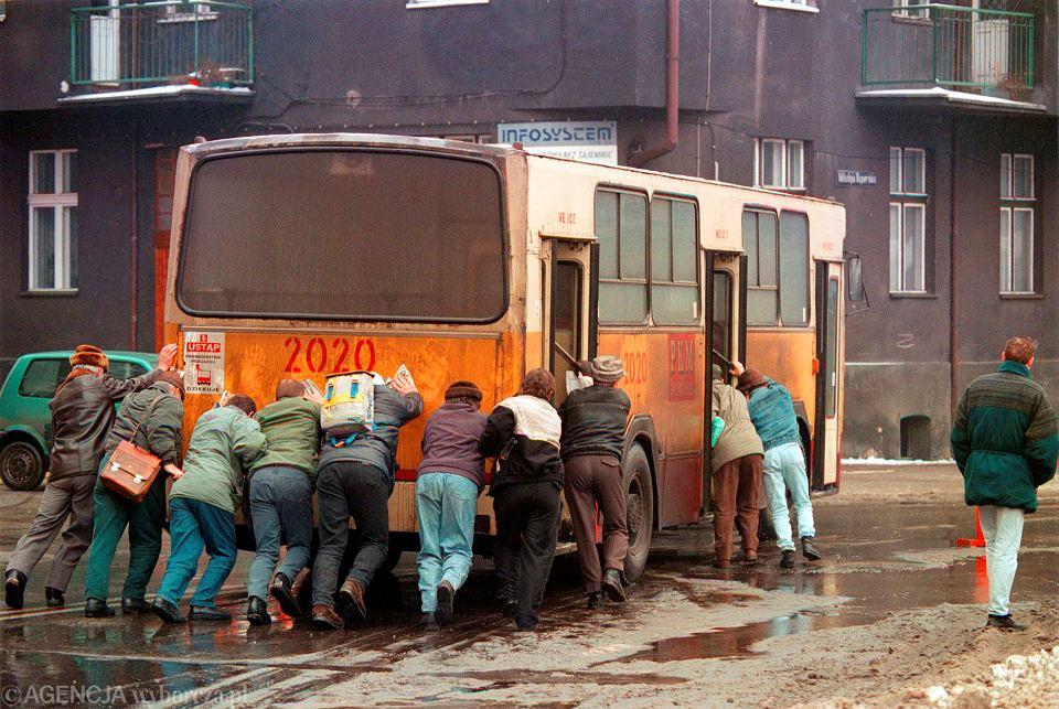 10 stycznia 1997 r. W Katowicach był taki mróz, że autobus nie mógł ruszyć. Kierowca czekał, aż zbierze się dość pasażerów, żeby go wspólnie popchać