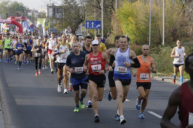 Zdjęcie numer 33 w galerii - Ponad 1200 biegaczy na starcie 37. Toruń Maraton, wygrał Łukasz Oskierko [ZDJĘCIA]